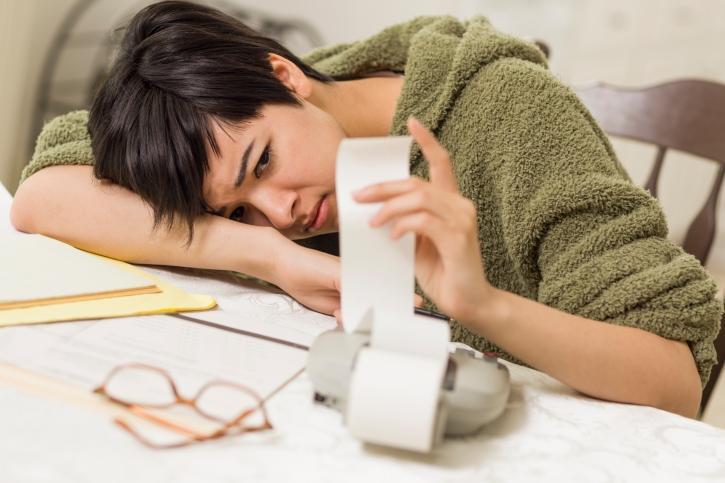 La muchacha trastornada por la deuda necesita asesoría de crédito