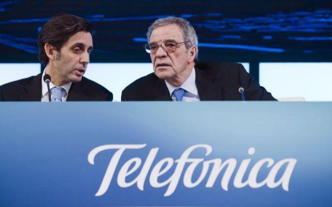 El presidente de Telefónica, César Alierta (d), que deja su puesto...