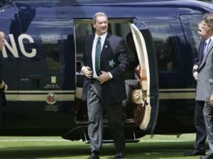 El hombre al que apunta la SEC, Allan Stanford, bajando de un helicóptero. Foto tomada de Clusterstock